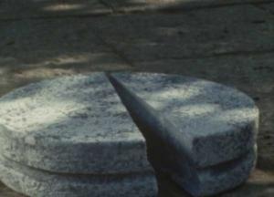真っ二つに割れる石灯籠