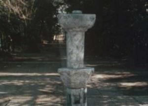 逆さまになる石灯籠