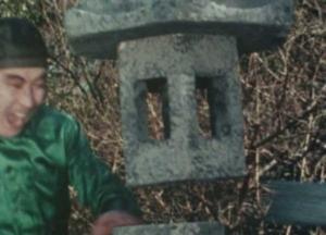石灯籠を打ち抜くワルツ・リー