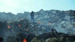 瓦礫の山に立ち尽くす仮面ライダー滅亡迅雷
