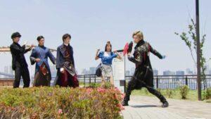 踊るゾックスと見守る剣士たち