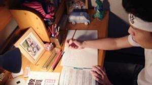 試験勉強をする尾上