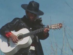 白いギターを持つ早川健
