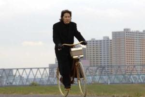 自転車で現場へ向かう古畑任三郎